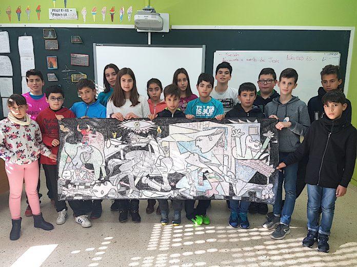Alumnos de Goián homenajean a Picasso con una replica del Guernica