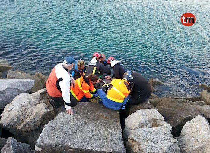 Rescatan a un pescador indispuesto en un espigón de Baiona