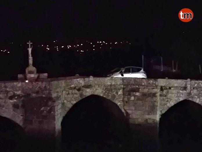 Intenta evadir un control de alcoholemia y se queda atrapado en el puente romano de A Ramallosa