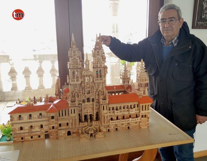 Un rosaleiro realiza una maqueta de la Catedral de Santiago