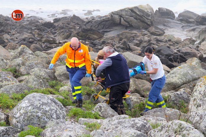 Rescatada una sexagenaria tras caerse en las piedras del mar en Oia