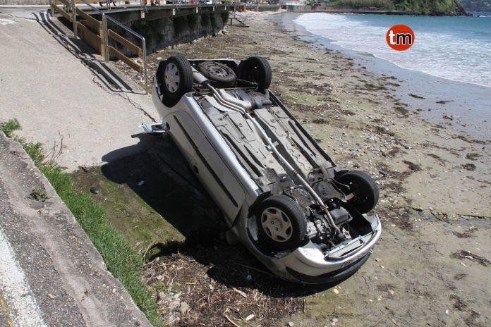 Herida una septuagenaria tras caer con su coche en la playa de A Madorra