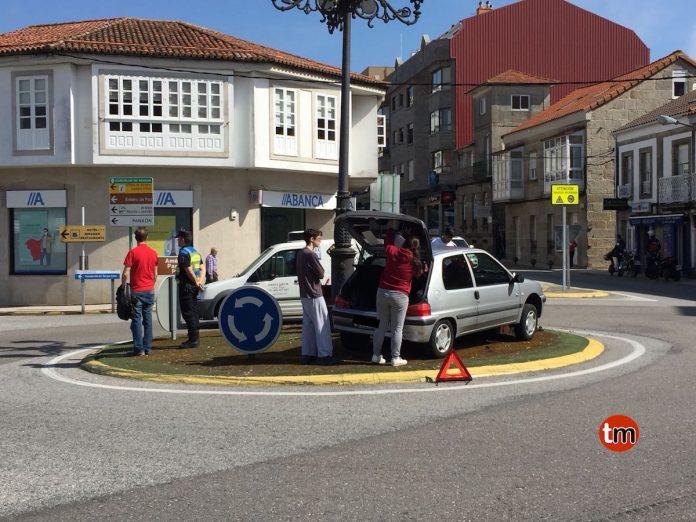 La colisión de dos vehículos termina con uno de ellos en mitad de la rotonda de A Ramallosa