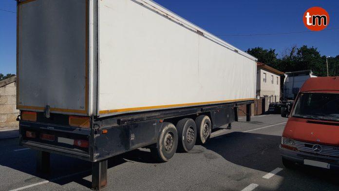 La avería de un camión de una orquesta obliga a cortar una calle en Vilariño