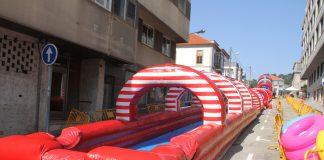 Baiona instala un tobogán acuático de 60 metros de longitud para inaugurar varias calles