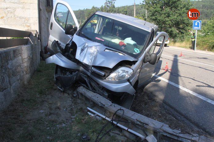Un herido tras chocar una furgoneta contra un poste de la luz en Tebra