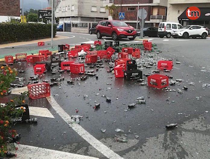 Un camión pierde parte de su carga en una rotonda de Playa América