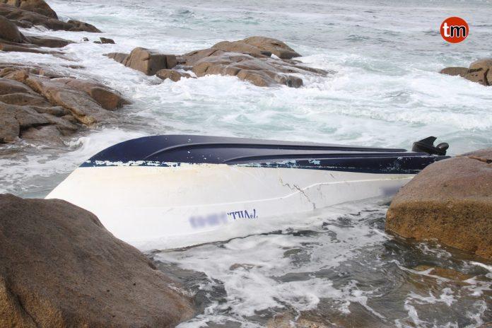 La aparición de una embarcación en la costa de Baredo moviliza a los servicios de emergencia