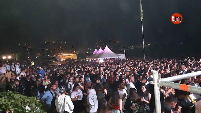 Miles de personas abarrotan el entorno de la playa de Os Frades al ritmo de la música disco