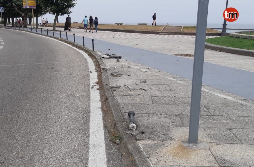 Se despista y arrolla cuatro bolardos en Baiona