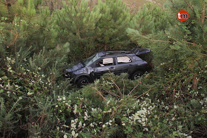 Dos heridos tras precipitarse con su coche por un terraplén en el alto de A Groba