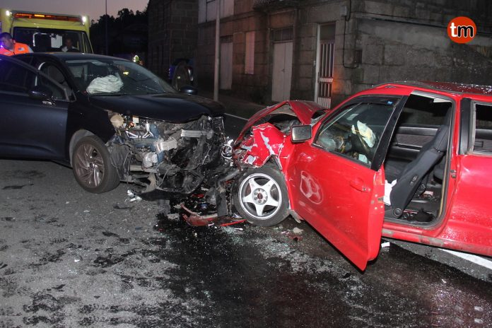 Dos heridos al chocar frontalmente dos turismos en Vincios