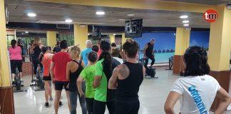 Colas para hacer gimnasia en la piscina mancomunada de O Val Miñor