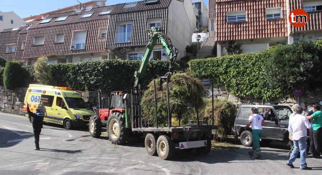 Vuelca un remolque en Baiona y la carga hiere a un peatón