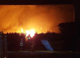 Un incendio calcina una planta de reciclaje en O Porriño