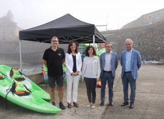 La Conselleira do Medio Rural, Ángeles Vázquez, visita en Oia la empresa Kayak Ocio S.L.