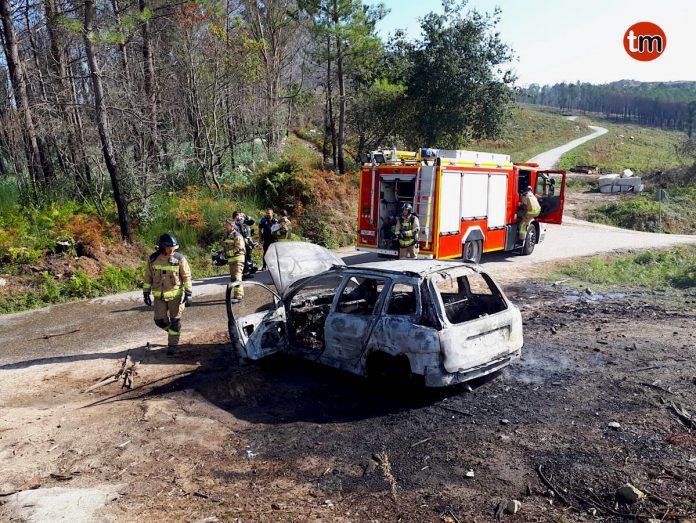 Arde un coche estacionado en el picadero de A Serra do Galiñeiro