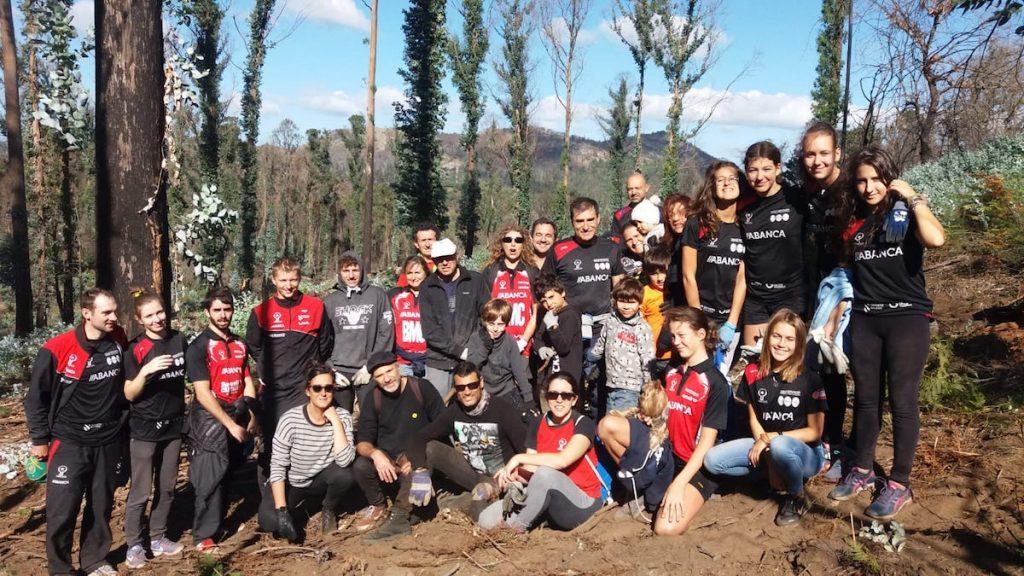 Membros da Agrupación Deportiva Vincios participan nunha xornada de eliminación de eucaliptos