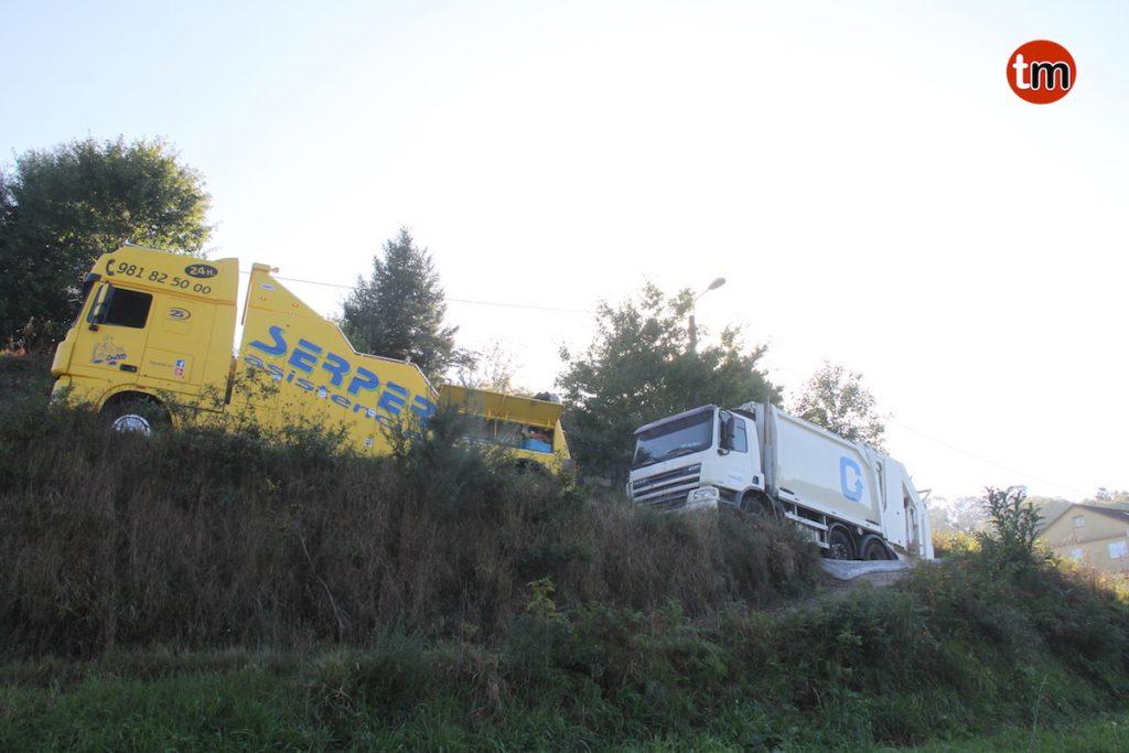 Una grúa de gran tonelaje retira el camión de la basura de Gondomar averiado en una cuneta