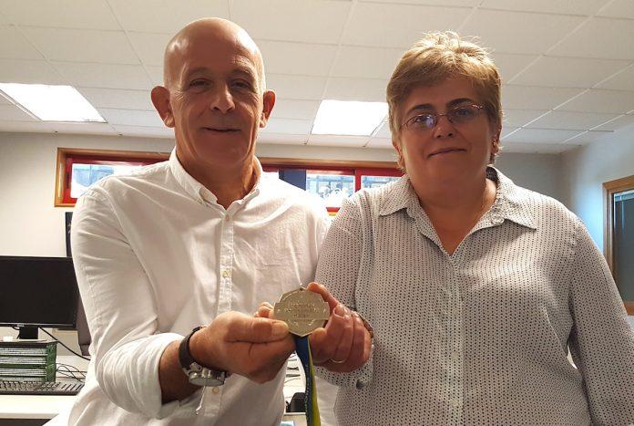 Un policía de Tui gana una medalla de plata en Algeciras que una vecina de Paramos convierte en oro