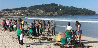 Medio centenar de voluntarios participan en la limpieza de la playa de Patos