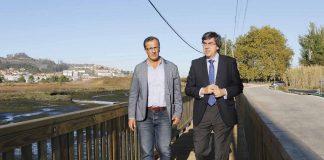 Una nueva pasarela de madera evitará atropellos a peatones pontella en playa Ladeira