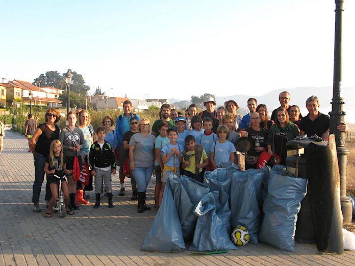 Una treintena de voluntarios recogen 300 kg de basura en la desembocadura del río Muiños