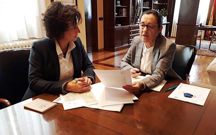 A alcaldesa de Tomiño informa á subdelegada do Goberno de diversos proxectos no municipio