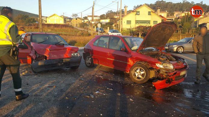 Un herido en una colisión entre dos vehículos en O Rosal