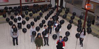 Alumnos del IES Auga da Laxe muestran su repulsa contra la violencia de género con 92 globos negros