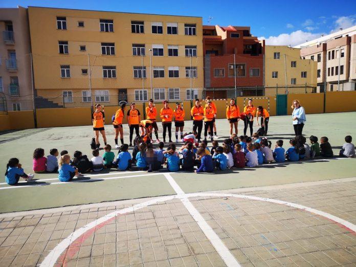 Las jugadoras del Mecalia visitan un centro escolar en Las Palmas