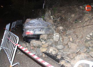 La caída de un muro de piedra por el temporal causa daños a un vehículo en Nigrán