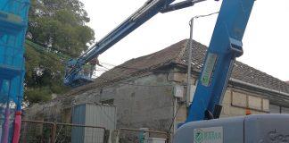 Comienza la demolición de la cubierta de la nave de la calle Camilo José Cela en Tui