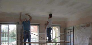 Varios desprendimientos obligan a renovar el falso techo del local vecinal de Panxón