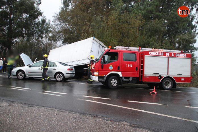 Excarcelan a una joven tras colisionar el coche en el que viajaba con un camión en Tomiño