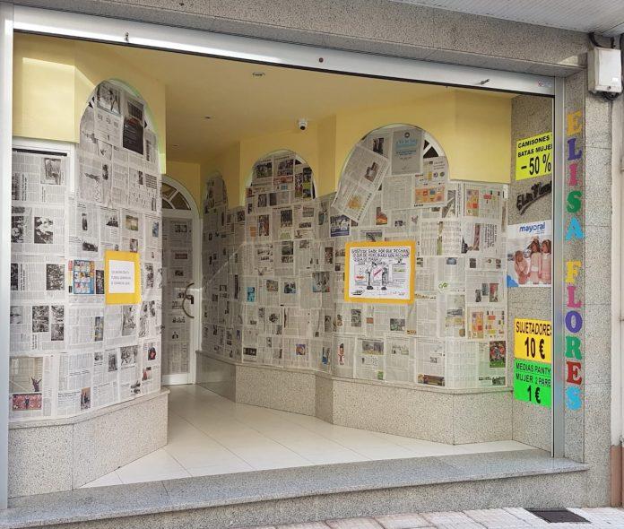 A Guarda empapela sus escaparates para mostrar como sería la vida en la villa sin comercio local