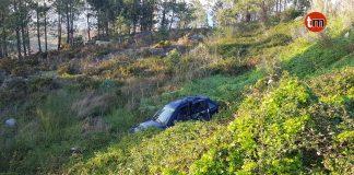 Herida una joven al caer con su vehículo por un terraplén en Baredo