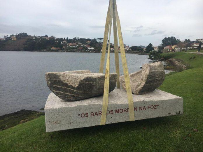 Dos esculturas en piedra homenajean a las antiguas tradiciones de pesca en Nigrán