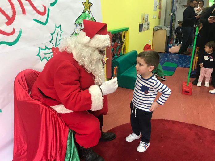 Papá Noel y los carteros reales visitan los colegios de Nigrán