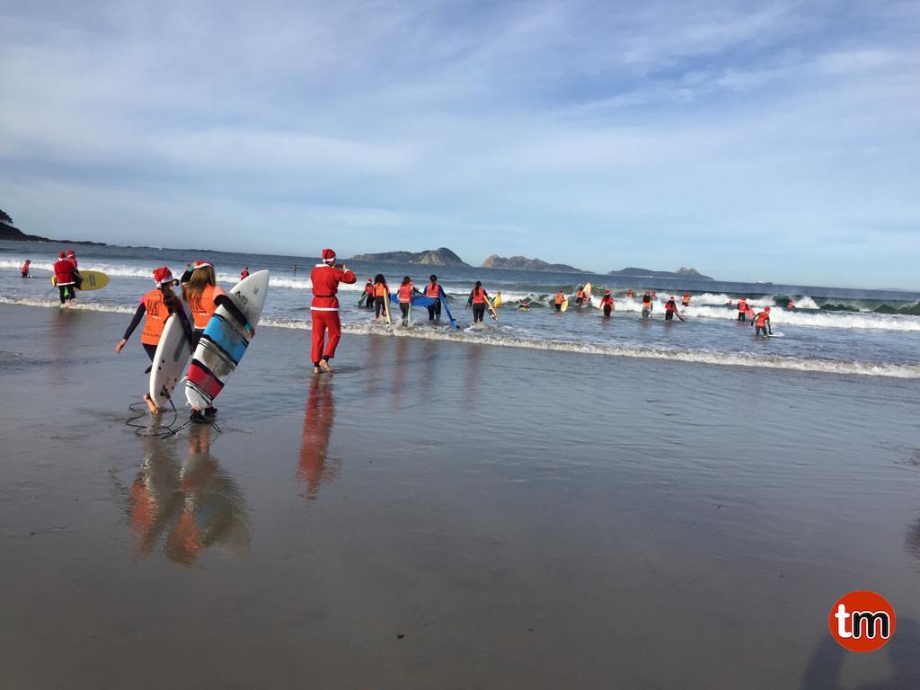 Cientos de Papa Noeles toman la playa de Patos