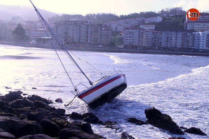 El fuerte temporal deja vientos de 112 km/h, olas de casi 7 metros y un velero encallado en Baiona