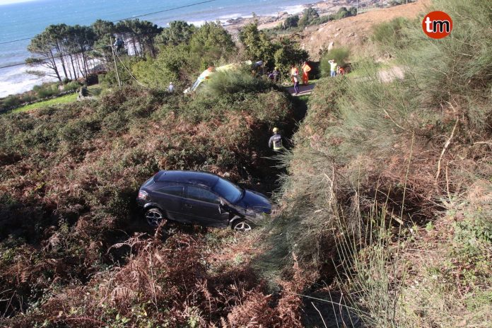 Heridos leves tras caer con su coche por un terraplén de 5 metros en O Rosal