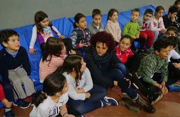 La ex atleta olímpica Julia Vaquero visitó a los jóvenes de la escuela de atletismo de Tomiño