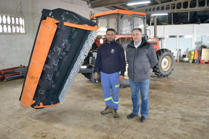 El servicio de obras y limpieza de Tui recupera un tractor tras diez años en desuso