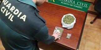 Sorprende a un vecino de Tomiño con una bolsa con marihuana