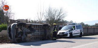 Herida una vecina de Tomiño en una colisión por alcance y volcar su furgoneta en Currás