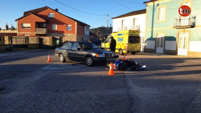Herido un vecino de Oia en una colisión entre un coche y una moto en O Rosal