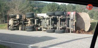 Ileso tras volcar con un camión cargado de tierra en Belesar