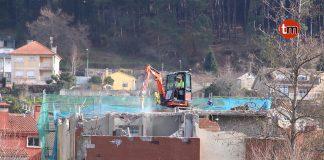 La maquinaria ya trabaja en el derribo del edificio en ruinas de Gondomar