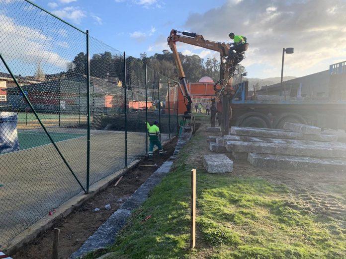 El Concello de Gondomar instala gradas de piedra en las pistas de tenis municipales